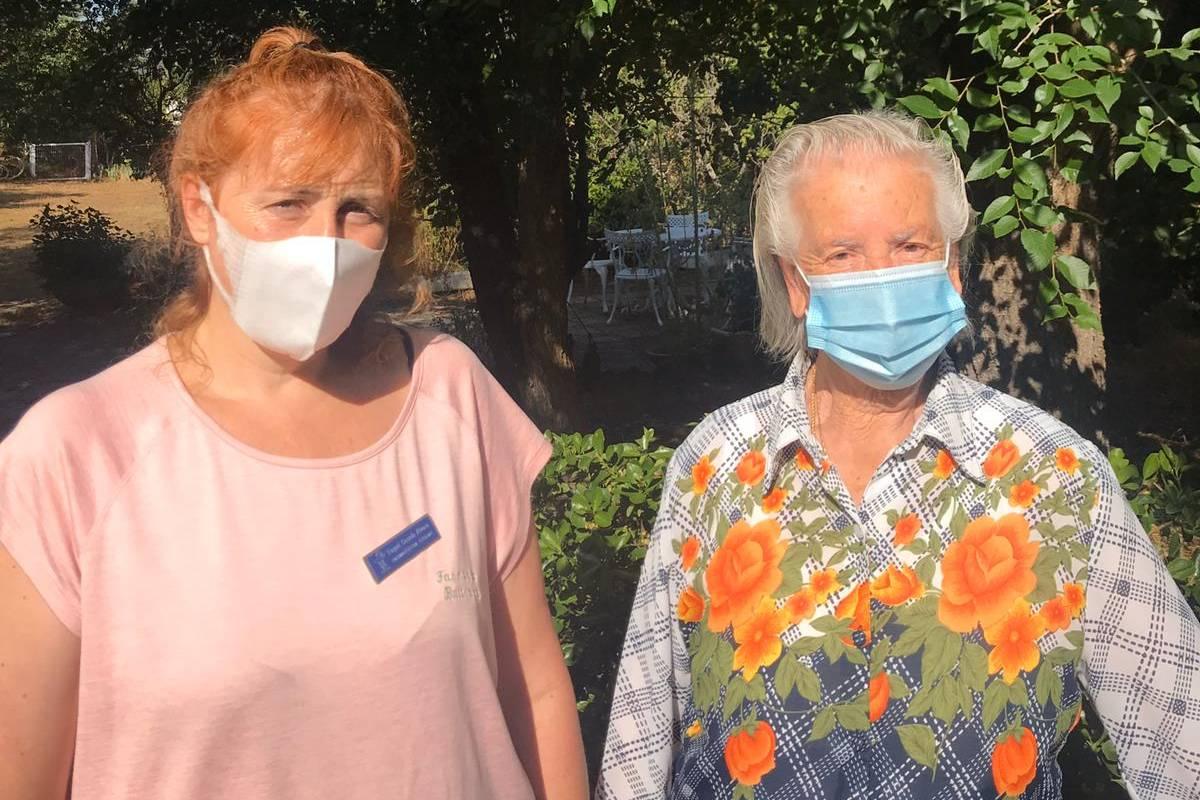 La farmacéutica Raquel Casado con una de sus pacientes, de más de 90 años.