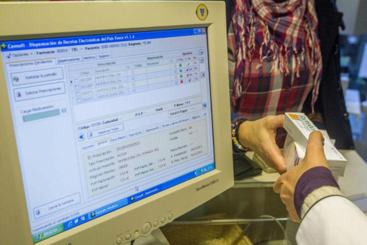 Farmacéutico revisado la receta electrónica de un usuario