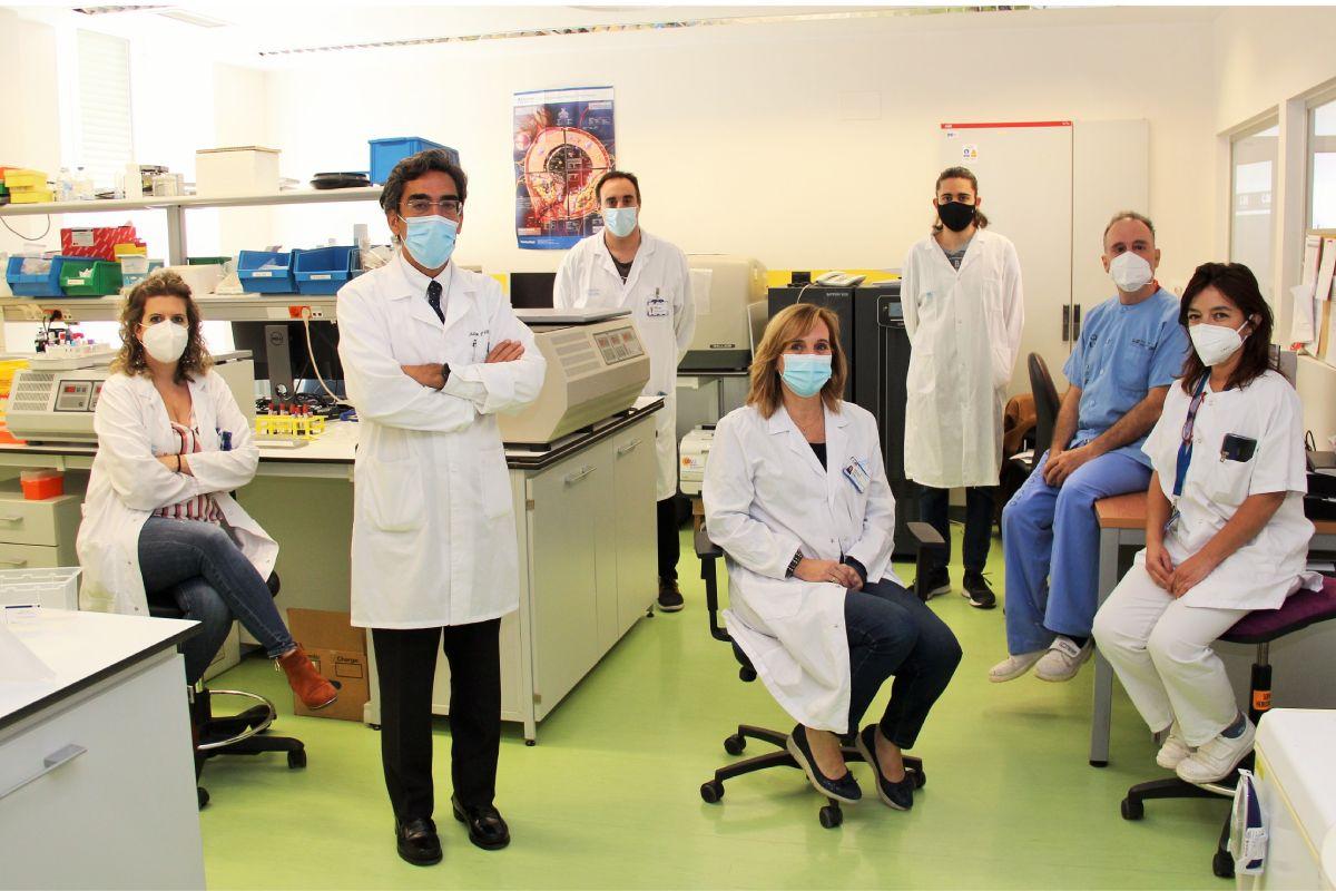 Dulcenombre Gómez Garre, en el centro de la imagen, junto a Julián Villacastín, a la izquierda, y el resto de profesionales que ha llevado a cabo la investigación. FOTO: Carlos González.