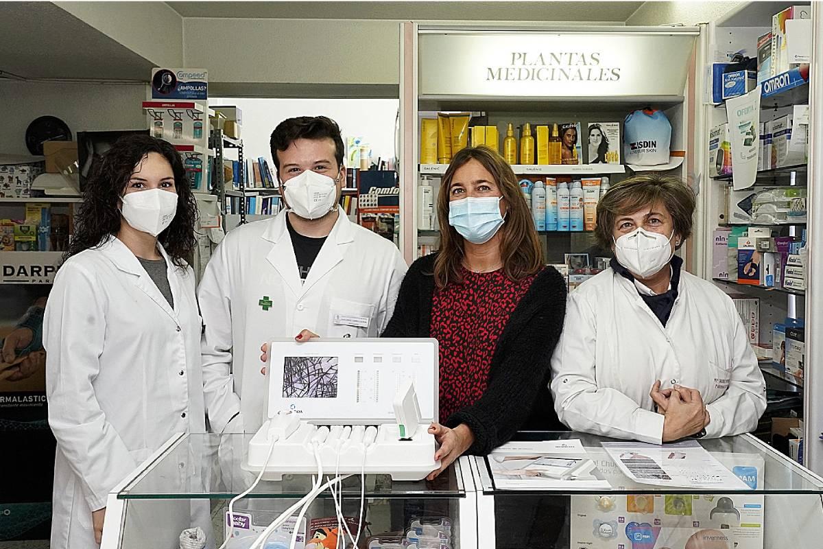 Uxua Iturralde y Guillermo Juárez, farmacéuticos; Miren Arana, de Microcaya, y Mª José Purroy,  farmacéutica, recibiendo el dermoanalizador.