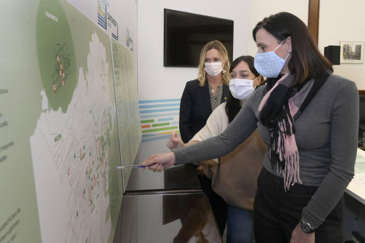 La alcaldesa de Santander, Gema Igual; la responsable de Salud y Educación de Santander, Noem� Méndez, y Rita de la Plaza, presidenta del COF de Cantabria.