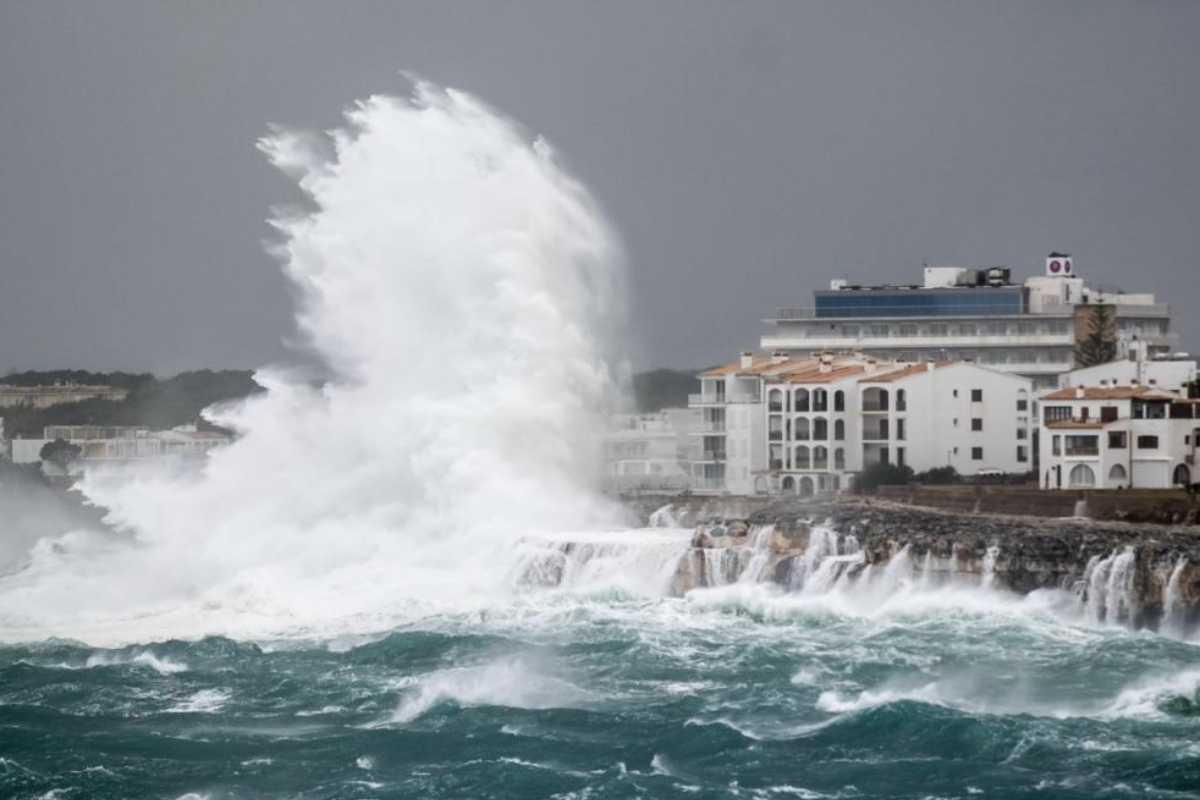 Una gran ola rompe contra la costa de Portocolom, en Mallorca.