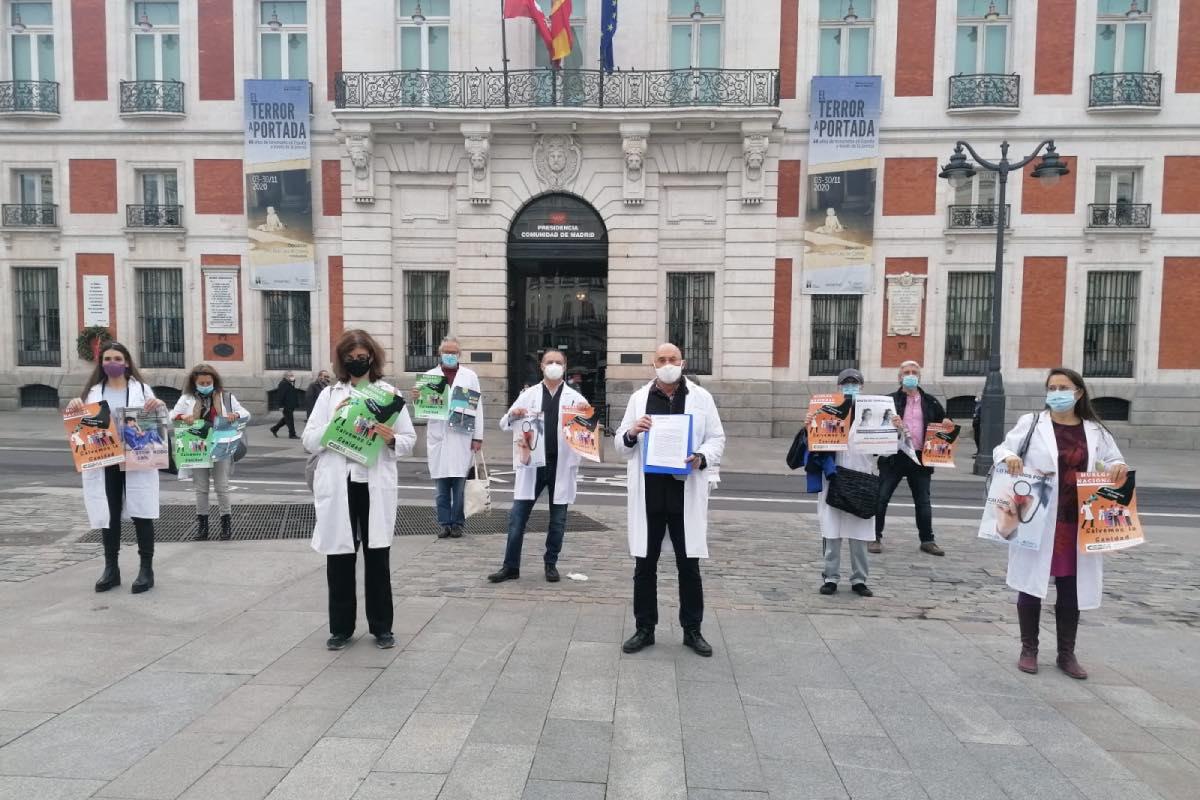 Representantes de Amyts ante la sede del Gobierno de Madrid, tras registrar un escrito para que la comunidad no aplique el Real Decreto 29/2020 (FOTO: Amyts).