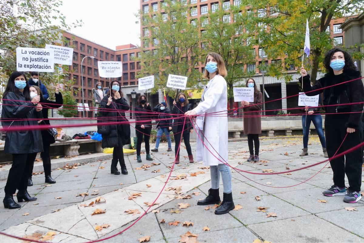 Concentración organizada por Enfermer�a de Madrid Unida a las puertas del Ministerio de Sanidad. FOTO: José Luis Pindado.