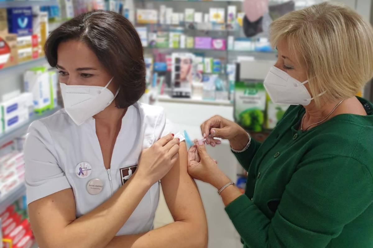 Raquel Mart�nez, secretaria general del Consejo de COF, vacunándose de la gripe en su farmacia, por su madre, la enfermera Mar�a Pilar Garc�a.