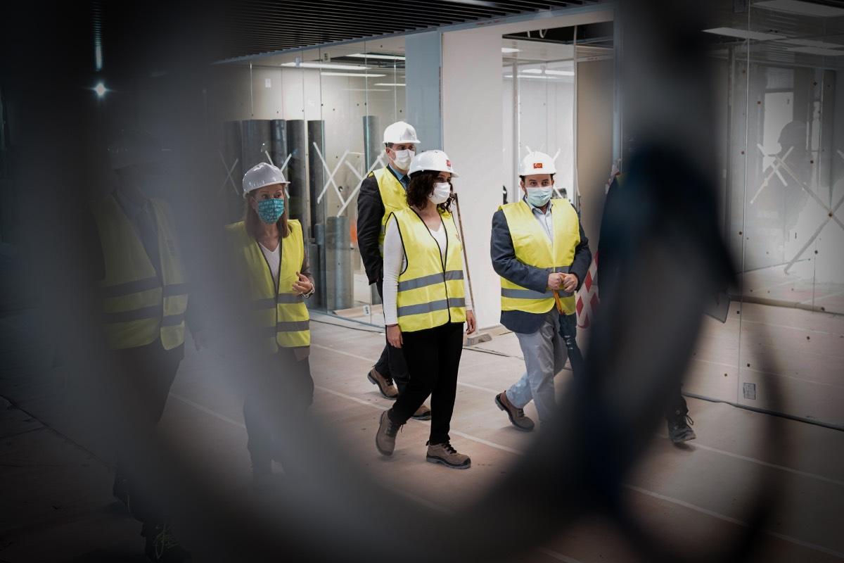 Isabel Díaz Ayuso, durante una visita a las obras del futuro hospital de Valdebebas (FOTO: CAM).