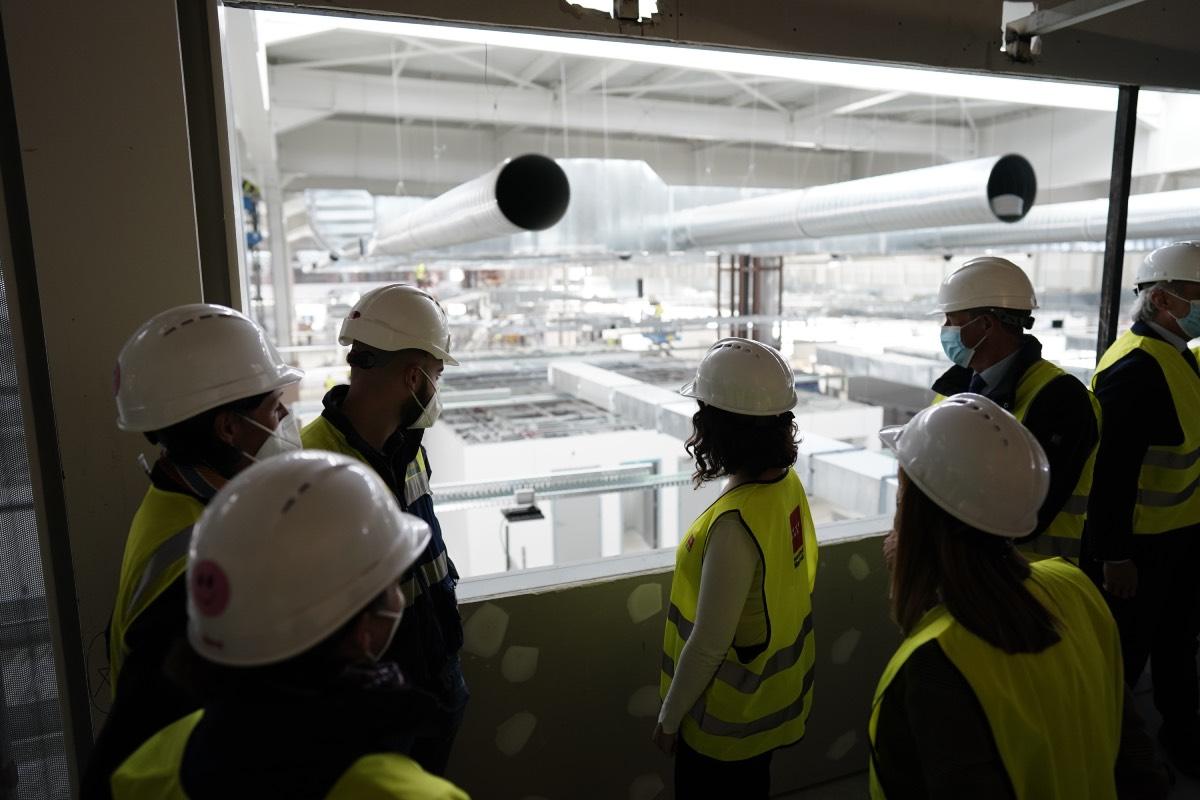 Isabel Díaz Ayuso, durante una visita a las instalaciones del futuro hospital Isabel Zendal, el pasado 23 de octubre (Foto: CAM).