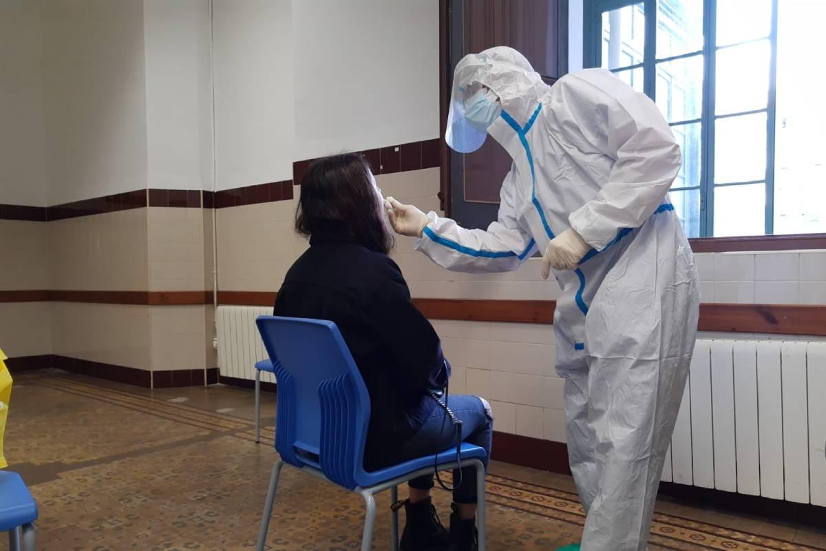 En Cataluña los estudiantes de la ESO se autorrealizan la PCR en los institutos.