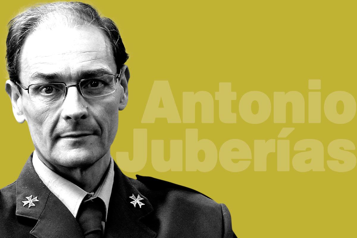 El coronel Antonio Juber�as Sánchez, director del Centro Militarde Farmacia de la Defensa.