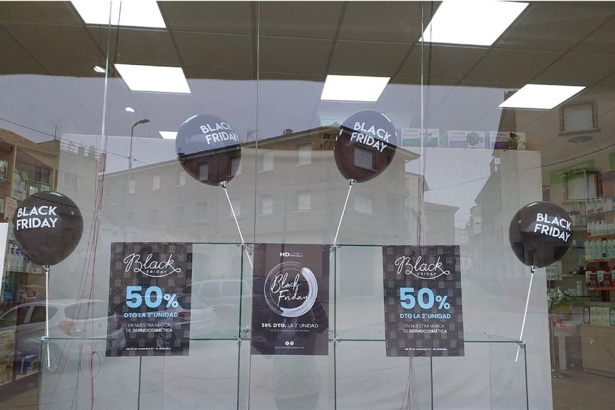 Una farmacia con una campaña de Black Friday.
