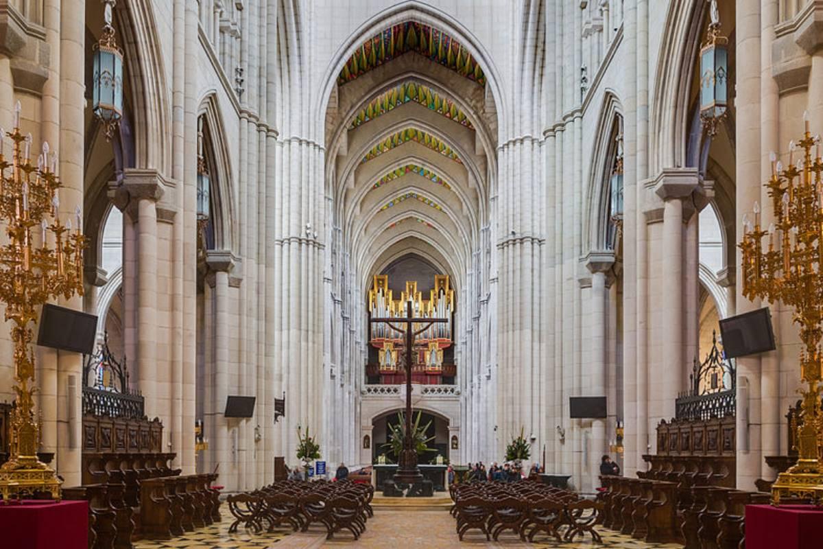 Interior de la catedral de la Almudena.