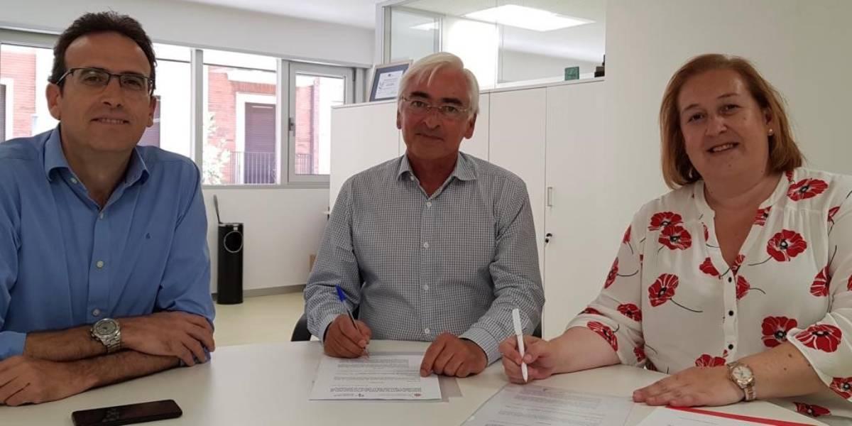 Marta Galipienzo, presidenta del COF de Navarra, el d�a que firmó el convenio con responsables del Departamento de Salud de Navarra.