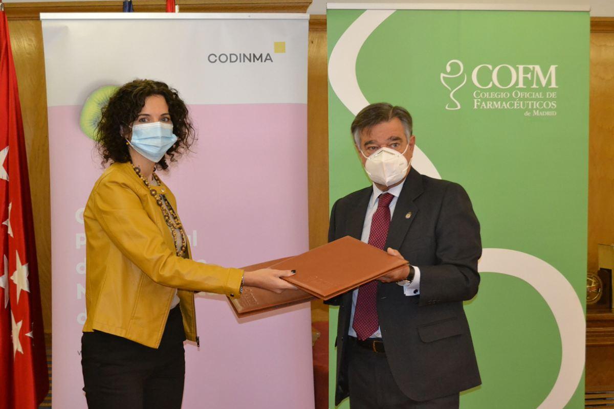 Luján Soler, decana del Codinma, y Luis González, presidente del COF de Madrid, durante la firma del convenio marco.