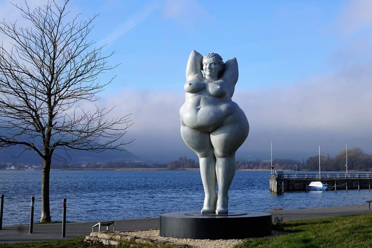 Estatua de mujer gorda junto al lago de Constanza.