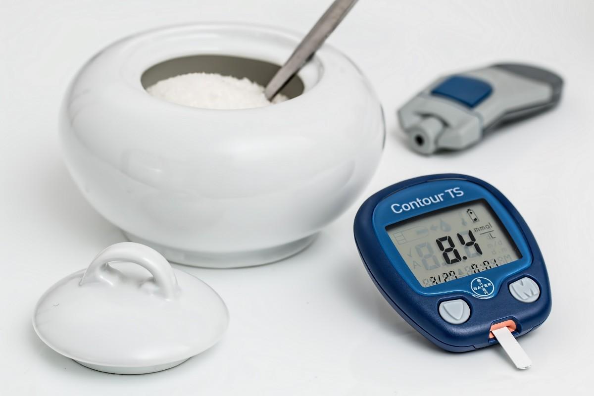 Azucarero y medidor de glucosa en sangre.