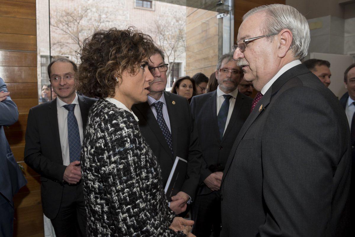 La exministra de Sanidad y actual presidenta de la Comisión de Peticiones del PE, Dolors Montserrat, con Seraf�n Romero, en marzo de 2017, durante la toma de posesión del presidente de la OMC (FOTO: José Luis Pindado).