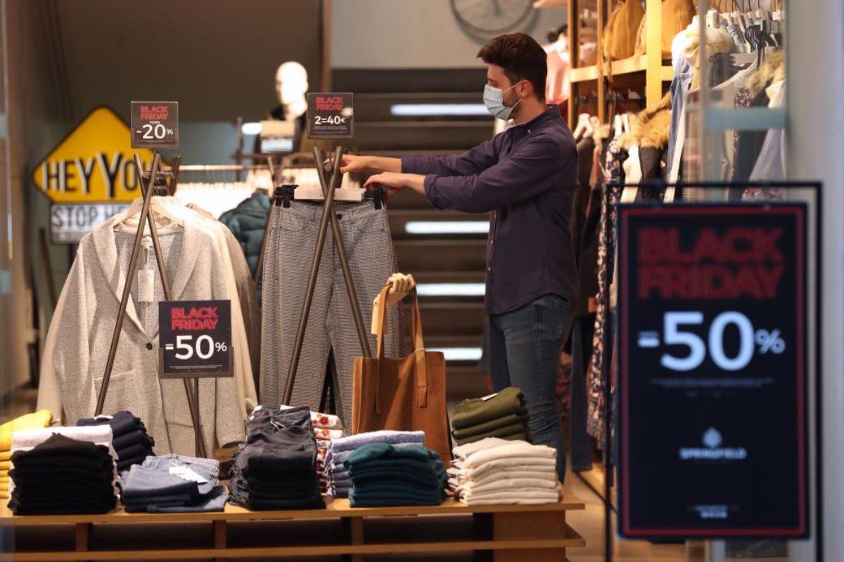 Un hombre trabaja en el interior de un establecimiento comercial en Madrid.