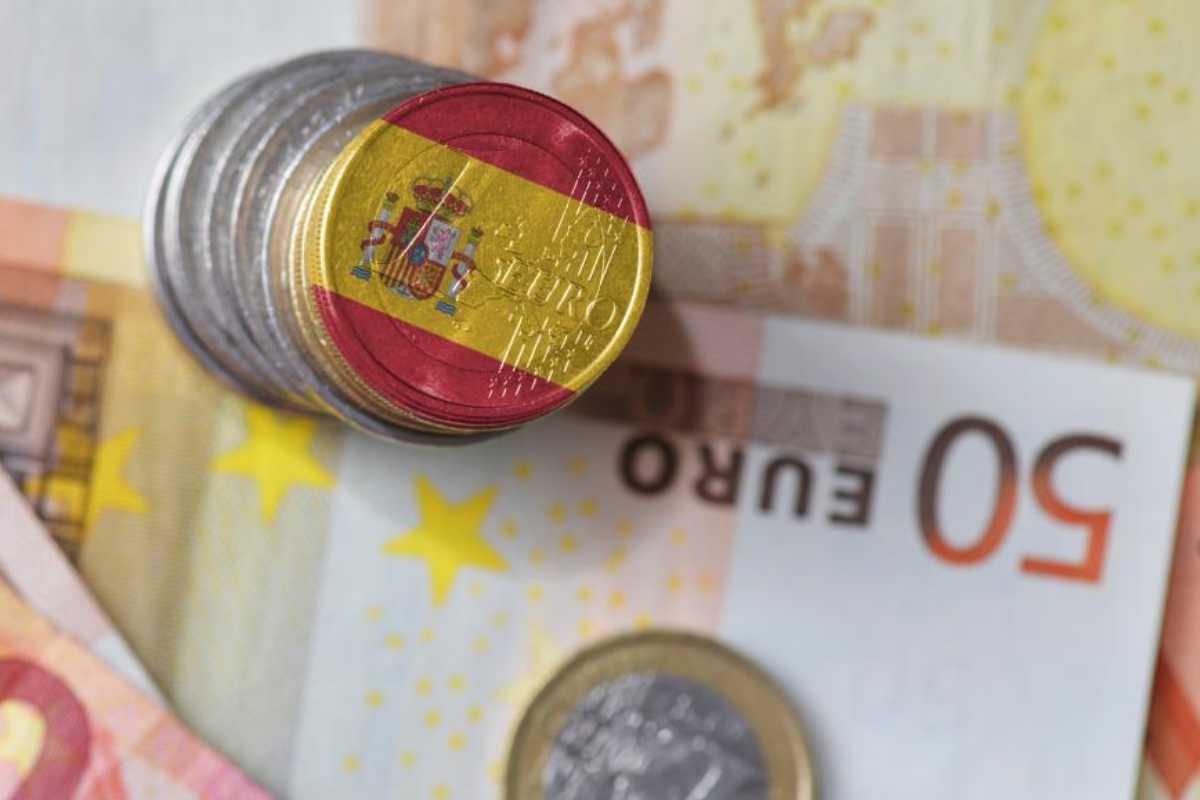 Euros en monedas y billetes.