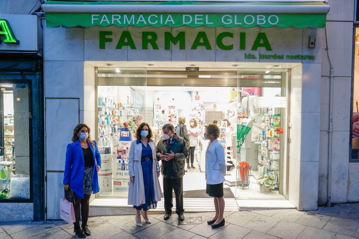 la presidenta de la Comunidad de Madrid, Isabel D�az Ayuso, visita una farmacia de la capital, conElena Mantilla, directora Generalde Inspección y Ordenación Sanitaria de la Comunidad deMadrid, el presidente del COF de Madrid, Luis González D�ez.