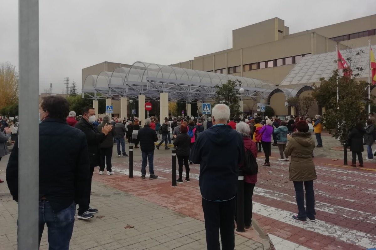 Aspecto de la concentración ciudadana celebrada hoy ante el Hospital de Getafe (FOTO: IU Getafe).