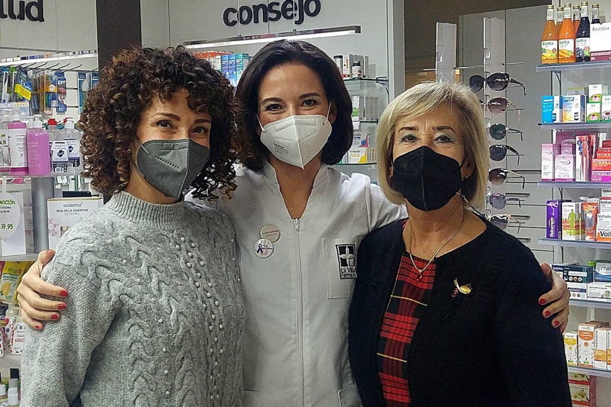 Mar�a Pilar Garc�a, enfermera, en la farmacia de su hija Raquel, y con su otra hija Sara, enfermera.