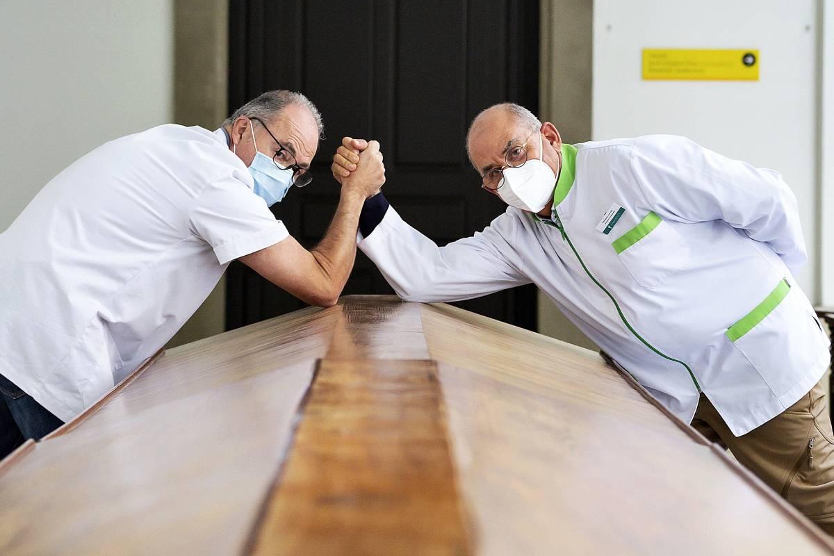 El médico Antoni Trilla, con su hermano, el  farmacéutico Juan José Trilla, en la Universidad de Barcelona.