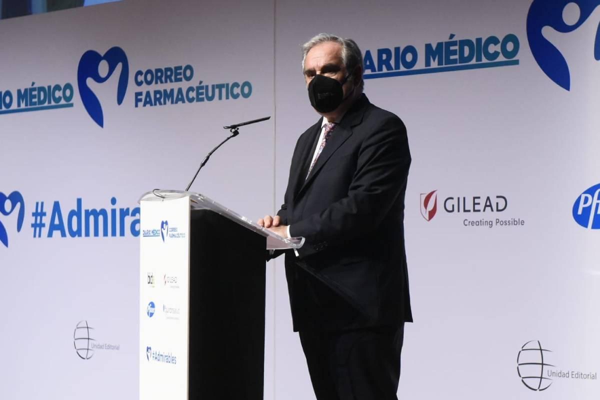 Jesús Aguilar, presidente del Consejo General de Colegios Farmacéuticos, durante su intervención en el homenaje al sector sanitario