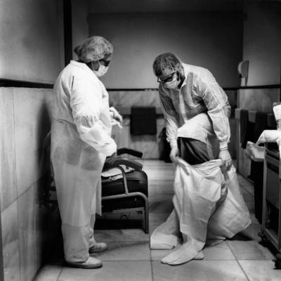 Dos sanitarios del servicio de Rayos del Hospital Gregorio Marañón se colocan el EPI (FOTO: José Aymá).