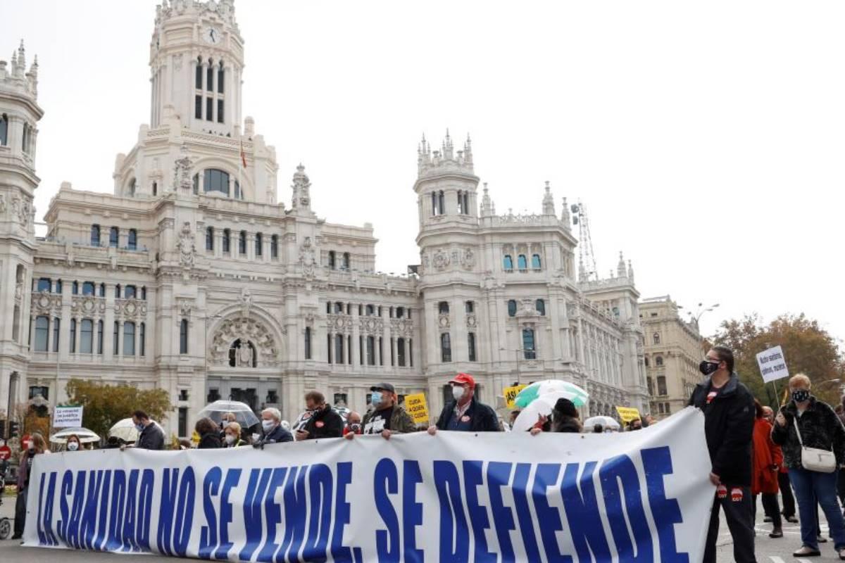 Participantes tras una pancarta en la manifestación de la Marea blanca en defensa de la sanidad pública que tiene lugar este domingo en Madrid.
