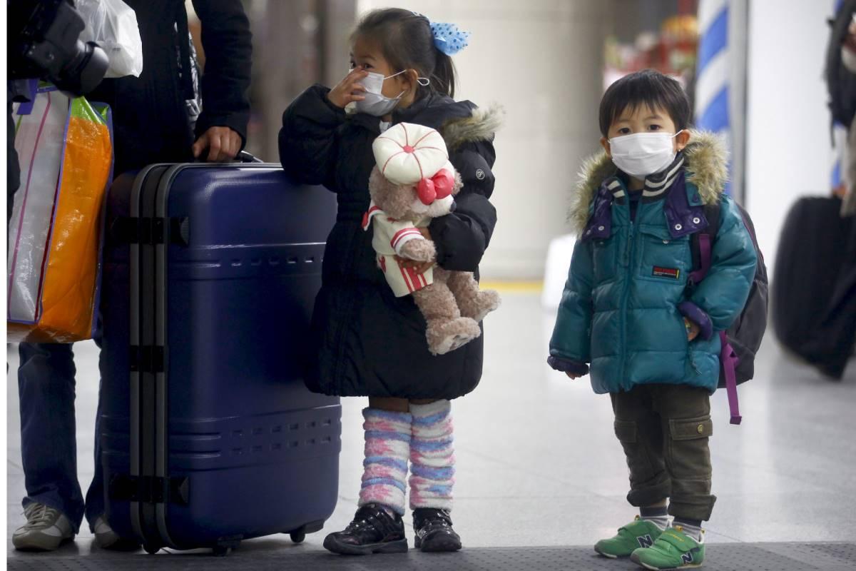 Niños con mascarilla en Japón.
