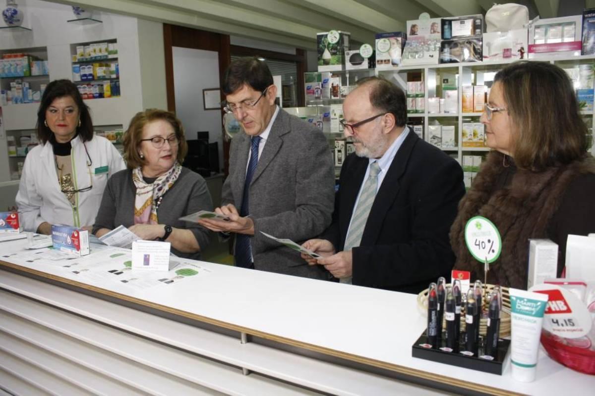 Isabel Tovar, presidenta del COF de Murcia, en una farmacia junto a Manuel Villegas, consejero de salud de Murcia.