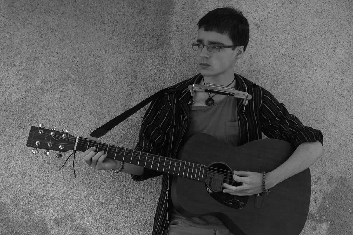 Músico zurdo tocando la guitarra.