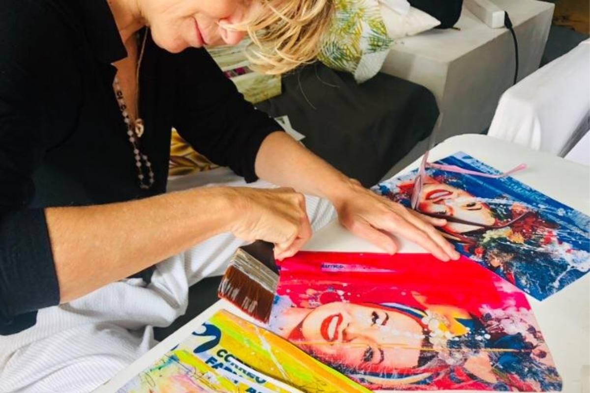 Teresa Calderón, pintando los cuadros de los Premios Cosmética y Farmacia, de CF.