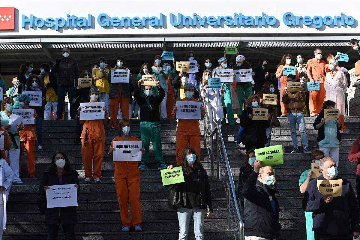Vista de la protesta del personal sanitario en el Hospital Gregorio Marañón, este miércoles, contra la movilidad del personal al nuevo hospital Isabel Zendal de la Comunidad de Madrid. (EFE/Fernando Villar)