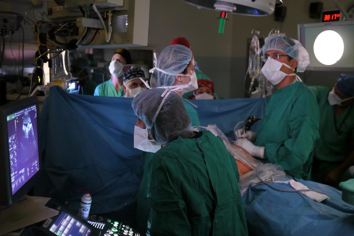 Quirófano. En el mes inicial de la pandemia las ecografías abdominales y las endoscopias se redujeron entre un 81,8% y un 91,9%.