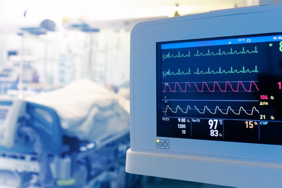 Pantalla de un monitor de una UCI controlando las constantes de un paciente ingresado