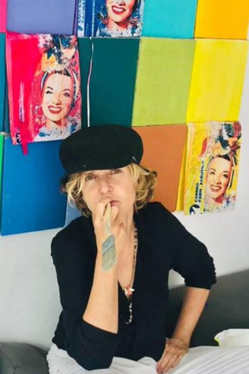 Teresa Calderón durante el proceso de creación de los cuadros.