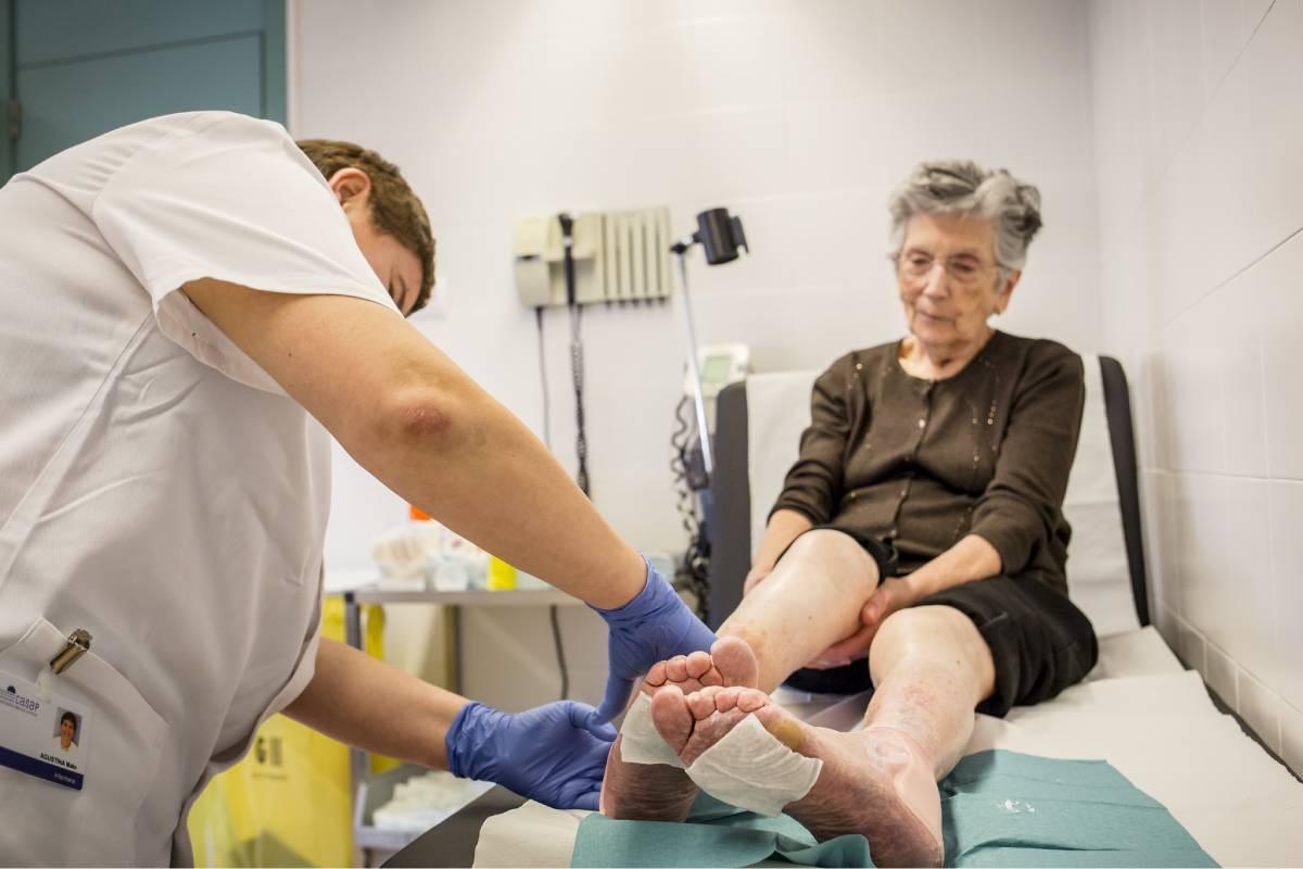 Un enfermero de Atención Primaria atendiendo a una paciente. Foto: Ariadna Creus y Ángel García (Banc Imatges Infermeres).