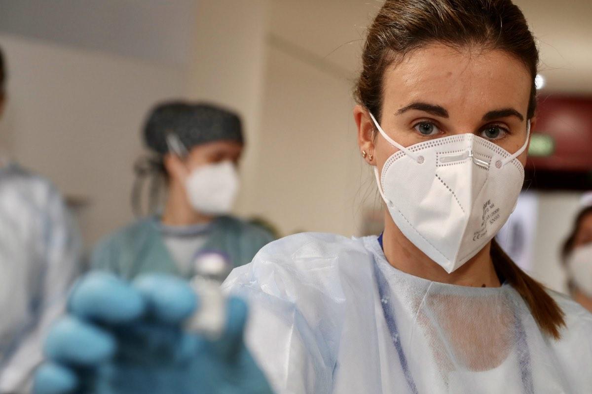 Lara Menéndez, enfermera del área V de Asturias e interventora de la residencia CPR Mixta, ha sido la encargada de administrar la primera vacuna en el Principado (FOTO: Sespa).