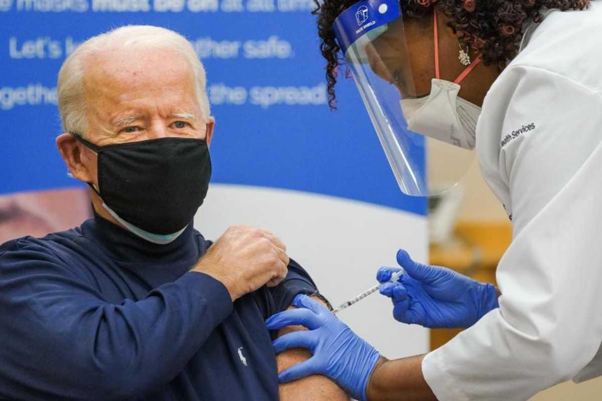 El nuevo presidente electo de EEUU, Joe Biden, poniéndose la vacuna.