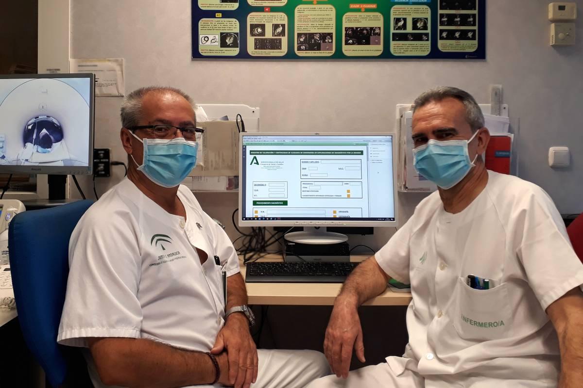 José Javier Román Tarragó, supervisor de Enfermeria Servicio Radiodiagnóstico del Hospital Universitario de Valme de Sevilla, y Cristobal Rodríguez, enfermero del Servicio.