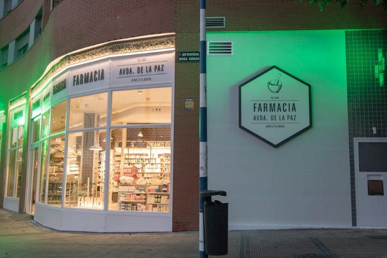 Por la geometr�a del edificio, la fachada de Farmacia Avenida de La Paz, en Getafe (Madrid), carece de l�neas rectas. FOTO: AMJ.