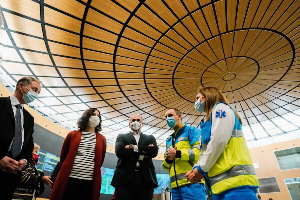 Isabel D�az Ayuso, flanqueada por el consejero de Sanidad, Enrique Ruiz Escudero, y el viceconsejero de Asistencia Sanitaria, Juan José González Armengol, durante su visita a la Agencia Madrid 112 (FOTO: CAM).