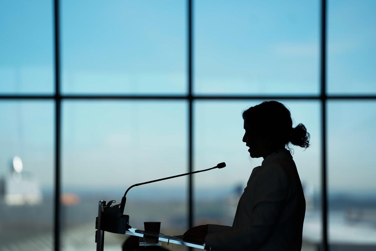 Imagen a contraluz de la presidenta de Madrid, Isabel Díaz Ayuso, durante el acto de inauguración del Isabel Zendal.