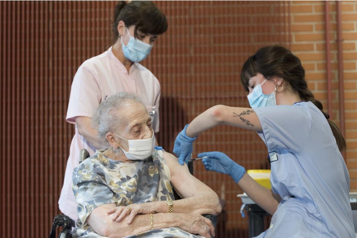 Consuelo Landa, de 91 años, ha sido la primera persona en recibir la vacuna en Álava (FOTO: Osakidetza).