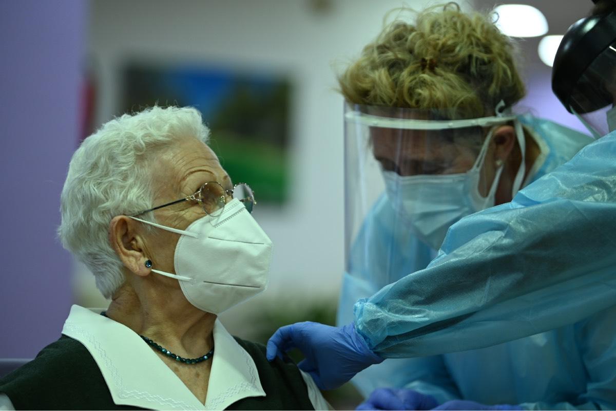 Araceli, la primera vacunada de covid en España.