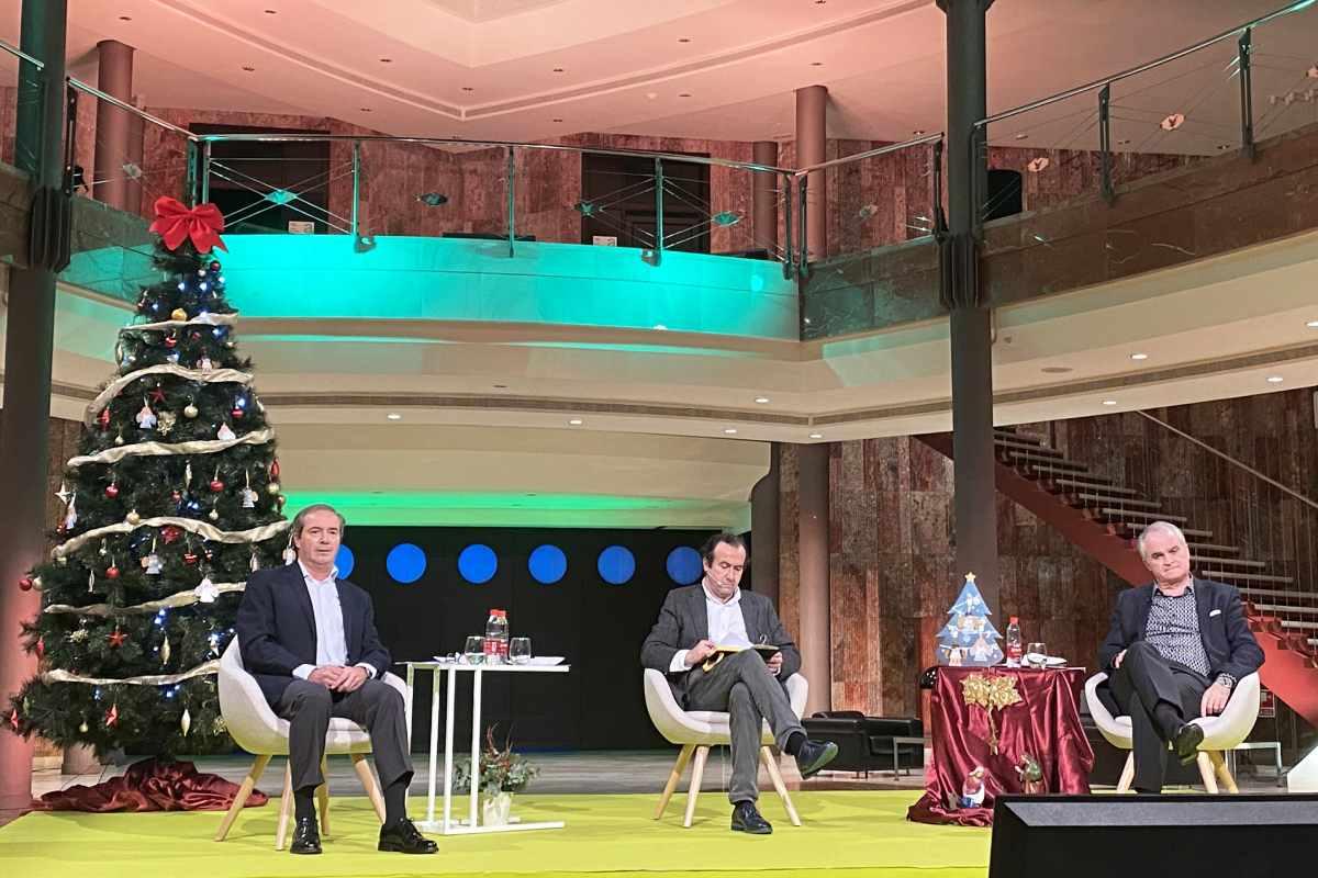 Antonio Pérez Ostos, presidente de Bidafarma; Alfonso Pedrosa, periodista, y Antonio Mingorance, vicepresidente de Bidafarma, durante la charla-coloquio 'on line'.