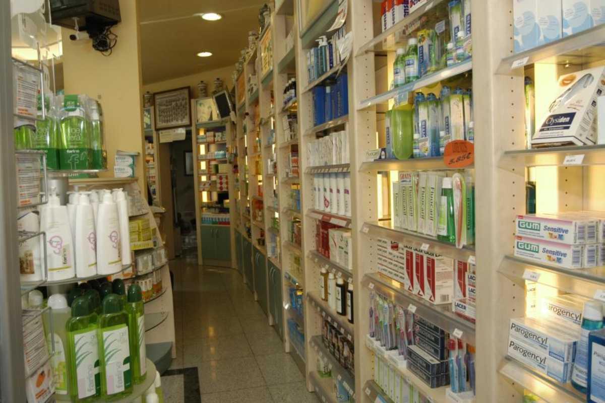 Colutorios en lineales de farmacia.