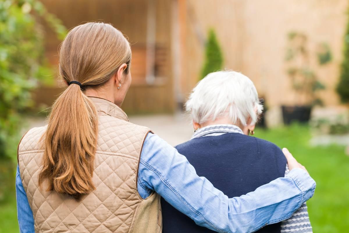 Muchos de los cuidadores de las personas mayores son familiares.