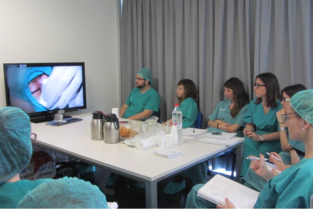 Especialistas y residentes de Dermatolog�a asisten a un curso de cirug�a en el Hospital de Elche (FOTO: DM).
